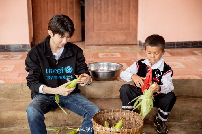 Khoảnh khắc đẹp khi Vương Nguyên (TFBOYS) làm thiện nguyện ở trường học vùng sâu vùng xa ảnh 4