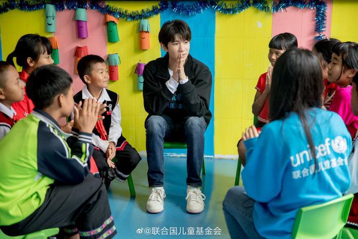 Khoảnh khắc đẹp khi Vương Nguyên (TFBOYS) làm thiện nguyện ở trường học vùng sâu vùng xa ảnh 3