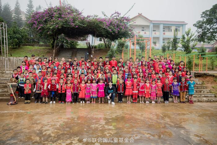 Khoảnh khắc đẹp khi Vương Nguyên (TFBOYS) làm thiện nguyện ở trường học vùng sâu vùng xa ảnh 8