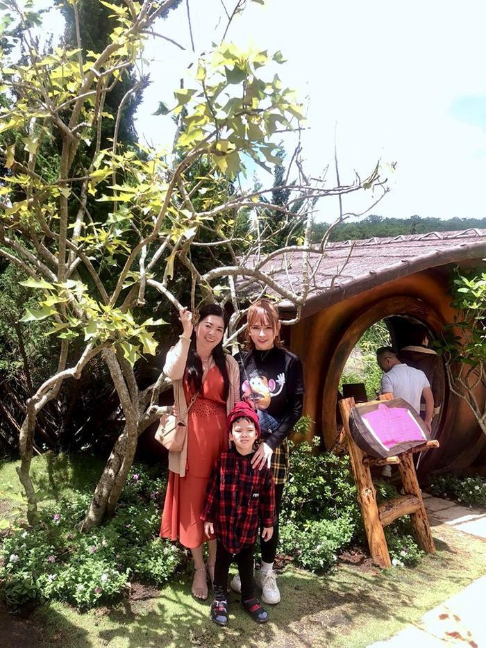 Ngoài ra Thu Thủy còn đăng những bức ảnh của bố mẹ Kin Nguyễn chụp với con riêng của mình