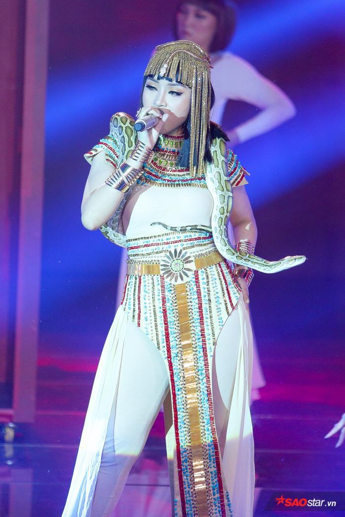 Bích Tuyết mang cả chú trăn khổng lồ lên sân khấu làm cho nhiều khán giả nể phục vì mức độ đầu tư cho phần thi.
