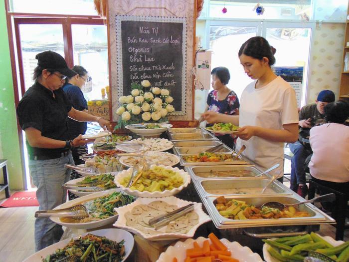 Món ăn ở quán rất đa dạng và được bày trí đẹp mắt.