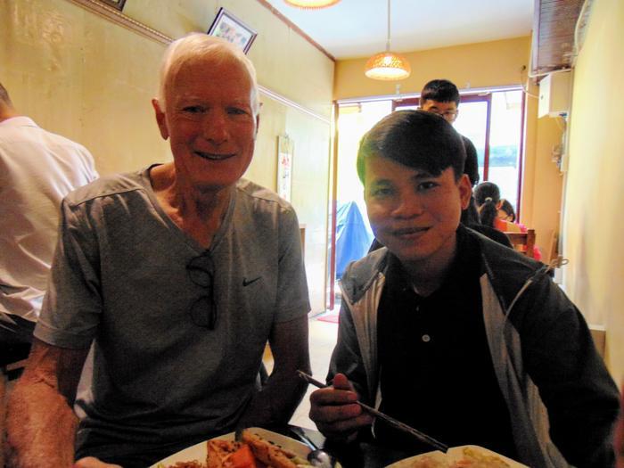 Ông giáo già người New Zealand cùng học trò của mình thường xuyên tìm đến quán để ăn trưa, họ ăn chay vì sức khỏe và vì thông điệp tốt đẹp mà chị Phượng mang đến.