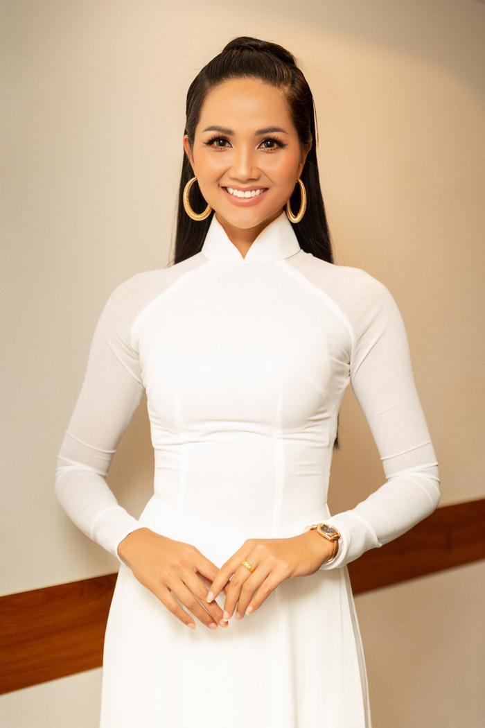 Được biết, đây là một chương trình hướng đến đối tượng nữ sinh các dân tộc nên H'Hen Niê muốn diện trang phục áo dài trắng đơn giản, thể hiện hình ảnh người phụ nữ Việt Nam duyên dáng, vừa mang thông điệp đề cao giáo dục.