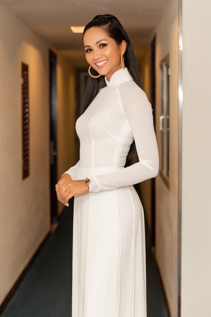 Làn da nâu bóng, thân hình gợi cảm săn chắc của đương kim Hoa hậu Hoàn vũ Việt Nam khiến khán giả không khỏi trầm trồ.