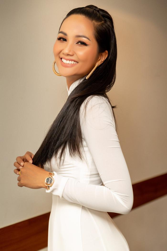 """Diện áo dài giản dị nhưng mang phụ kiện đồng hồ đắt giá, đương kim Hoa hậu Hoàn vũ Việt Nam thật biết cách làm """"lụi tim"""" khán giả."""