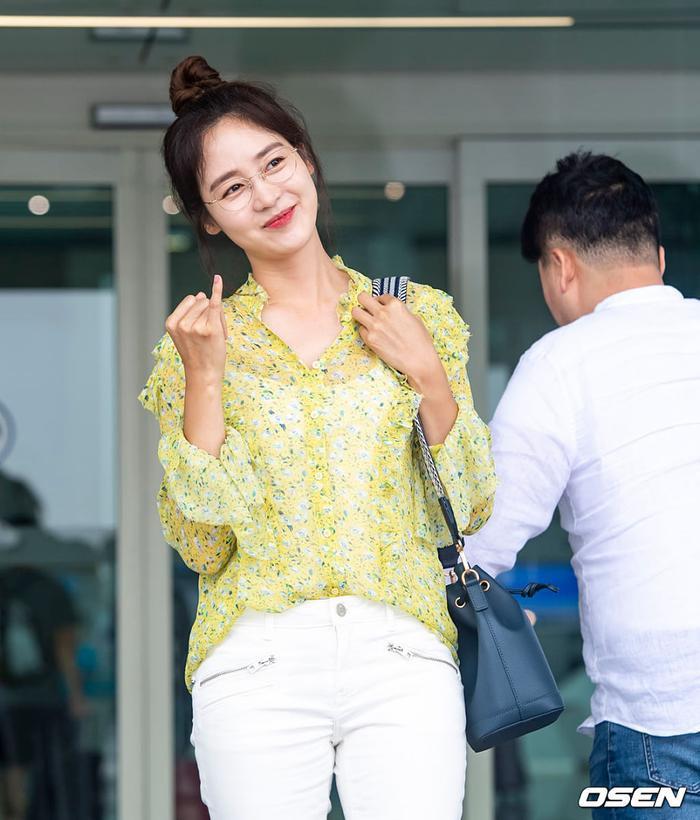 Jennie mặt lạnh khoe eo nhỏ xinh  Jisoo rạng rỡ thân thiện, đọ sắc mỹ nhân 38 tuổi Sung Yuri tại sân bay ảnh 5