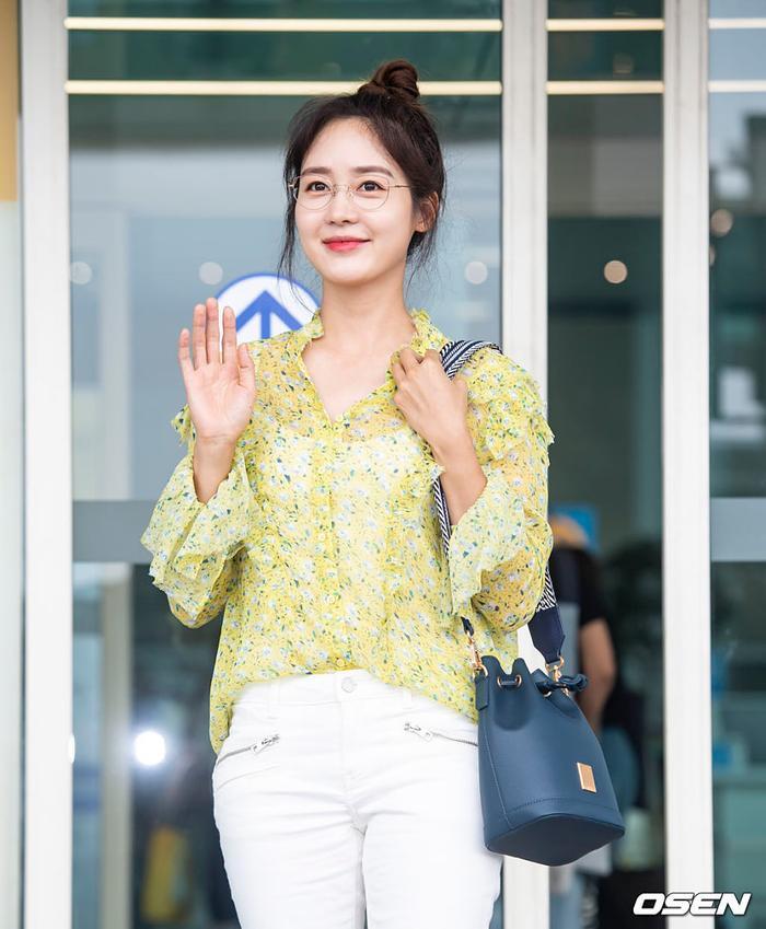 Jennie mặt lạnh khoe eo nhỏ xinh  Jisoo rạng rỡ thân thiện, đọ sắc mỹ nhân 38 tuổi Sung Yuri tại sân bay ảnh 2