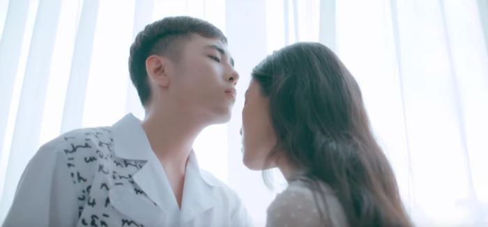 MV mở ra bằng một câu chuyện đẹp như ngôn tình của Công Luận và người bạn gái.