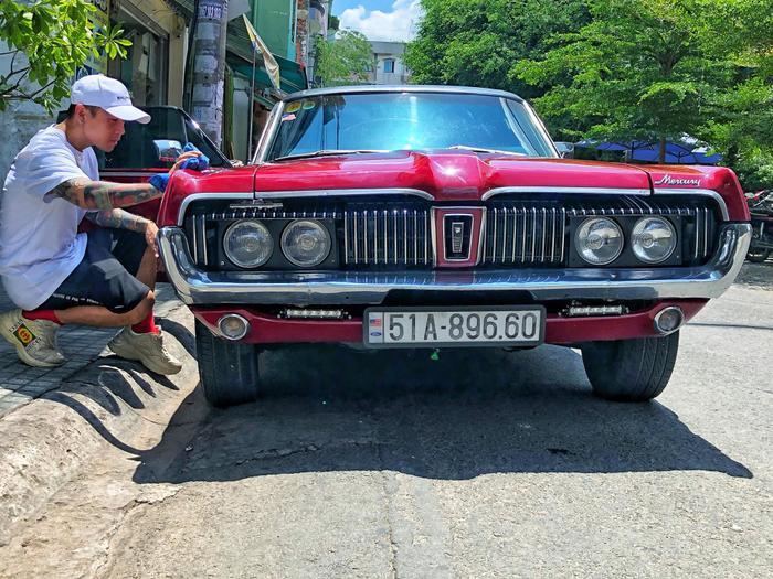 Chiếc xe của Binz vừa tậu sở hữu ngoại thất màu đỏ bắt mắt. Xe được trang bị bộ mâm đa chấu bằng hợp kim màu sáng.