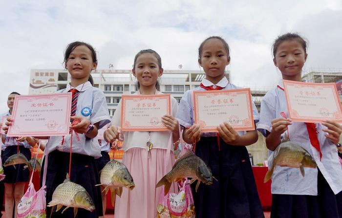 Cá chép tượng trưng cho sự giàu có và lòng can đảm, được dùng làm phần thưởng cho những học sinh nghèo học giỏi. Ảnh: China Plus