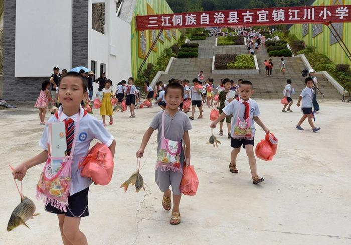 Bọn trẻ thích thú với món quà đặc biệt từ nhà trường.