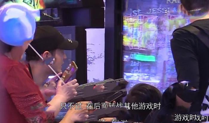 Huỳnh Hiểu Minh đưa con trai và mẹ đi trung tâm thương mại chơi, vắng mặt Angelababy ảnh 1