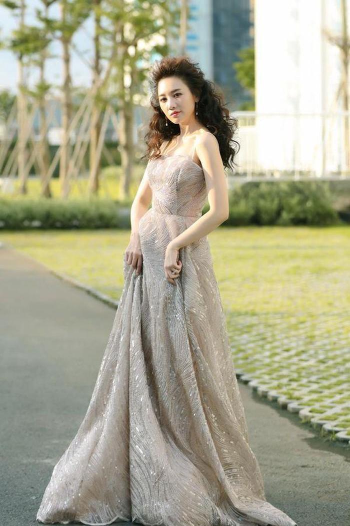 Không những thế, chiếc váy dài thậm thượt cũng khiến người đẹp nhận về không ít điểm trừ.