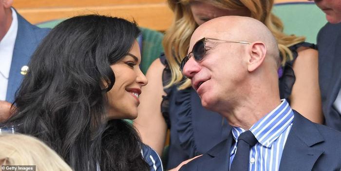 """Cặp tình nhân """"liếc mắt đưa tình"""" trong suốt quá trình theo dõi trận đấu. (Ảnh: Reuters)"""