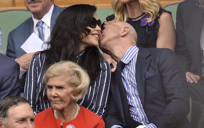 CEO Amazon Jeff Bezos công khai trao cho người tình Lauren Sanchez những nụ hôn ngọt ngào. (Ảnh:Reuters)