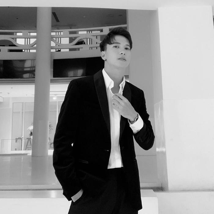 """S.T Sơn Thạch chọn cho mình bộ vest đen lịch lãm. Anh chàng còn cẩn thận chỉnh màu cho bức ảnh """"sống ảo"""" theo style đen, trắng đơn giản nam tính và đậm chất quý ông."""