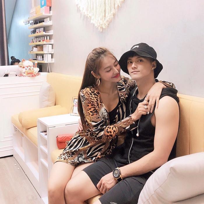 Bộ đôi Linh Chi, Lâm Vinh Hải dù người sặc sỡ, người đen cả cây cá tính nhưng khi đi chung vẫn thể hiện được hình ảnh một cặp đôi có gu thời trang tương đồng.