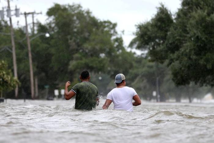 Bão Barry biến đường thành sông ở Mỹ, người dân mang cả thuyền ra chèo