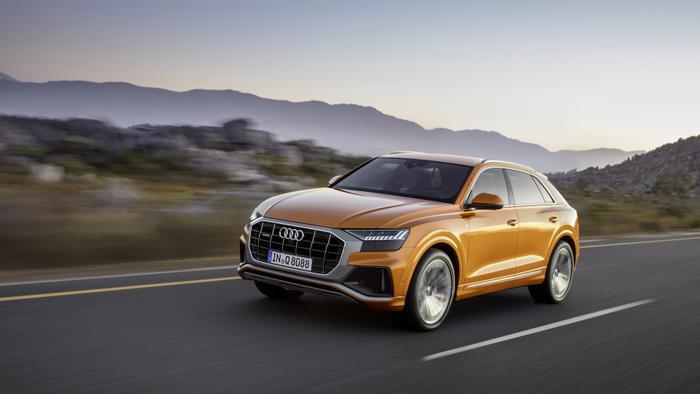 6. Audi Q8 2019 (7.0/10): Audi Q8 2019 là sự kết hợp hoàn hảo nhất giữa ngoại hình và thần thái của một mẫu coupe 4 chỗ và sự đa dụng của một mẫu SUV thể thao. Xe có 2 lựa chọn động cơ gồm động cơ 55 TFSI V6 3.0 L (cho công suất 340 mã lực) và động cơ 50 TDI 3.0 L (cho công suất 286 mã lực). Tại Việt Nam, Audi Q8 2019 được bán ra với mức giá 4,5 tỷ đồng.