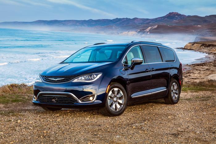 1. Chrysler Pacifica Hybrid 2019 (8.0/10 điểm): Chrysler Pacifica Hybrid sở hữu thiết kế sang trọng nhưng không kém phần mạnh mẽ. Đặc biệt, vật liệu nội thất của xe vô cùng cao cấp. Chrysler Pacifica Hybrid có trang bị hệ thống cửa trượt điện thuận tiện. Chrysler Pacifica Hybrid cũng gây chú ý bởi hệ truyền động của xe được trang bị hệ thống hybrid với mức tiêu thụ nhiên liệu chỉ 7,1 lít/100 km, giúp quãng đường đi được với một bình xăng lên tới 917 km. Ngoài ra, hệ thống tiếp nhiên liệu hút chân không của dòng xe này cũng đem lại sự an toàn tuyệt đối cho người sử dụng.