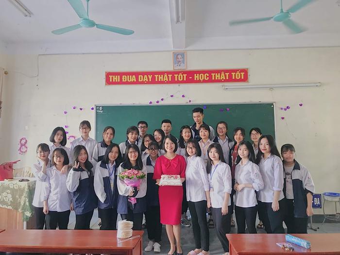 Trang cùng tập thể Chuyên 12 Sử, THPT Chuyên Hà Tĩnh.