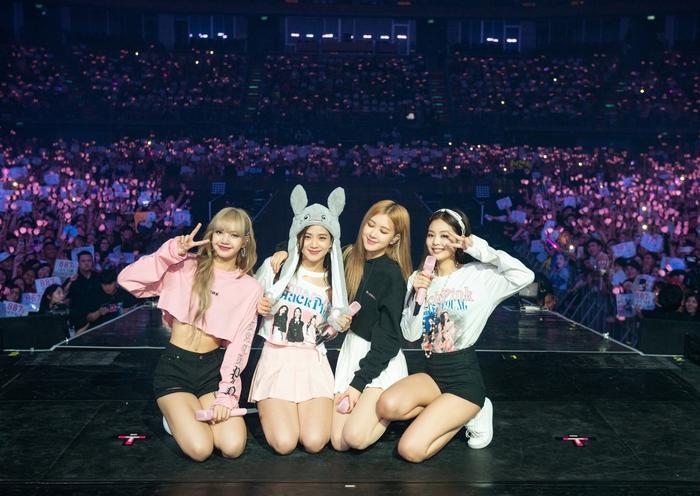 Các cô nàng BlackPInk chụp hình cùng fan tại concert.