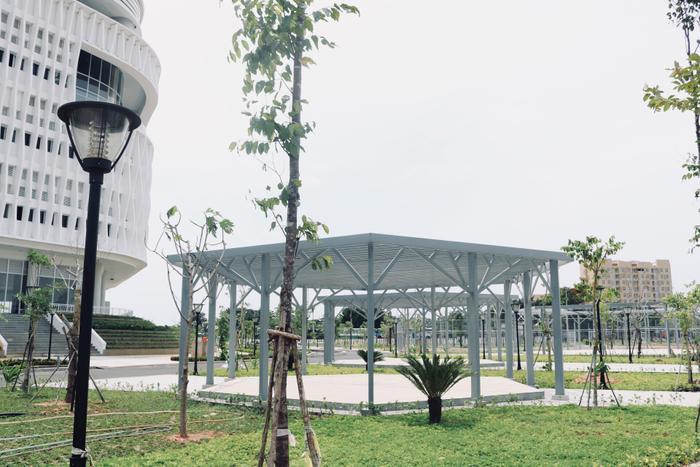 Phía ngoài tòa nhà bao gồm rất nhiều mảng xanh, tạo sự thoải mái, trong lành cho các bạn sinh viên sau những giờ học tập, làm việc căng thẳng