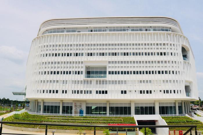 Tòa nhà được thiết kế với nhiều khu riêng biệt, đầy đủ cơ sở vật chất hiện đại nhằm phục vụ tối đa nhu cầu của sinh viên