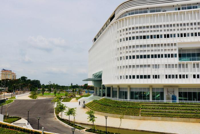 Tòa nhà được bố trí nằm ngay trung tâm, cạnh khu chợ đêm, nơi tập trung rất đông sinh viên