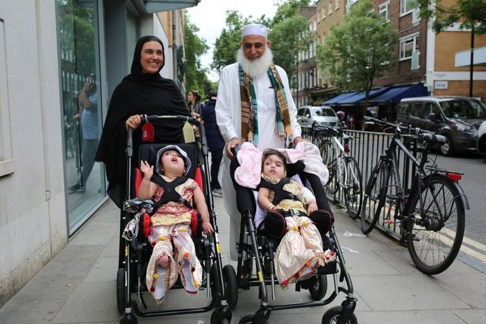 Safa và Marwa rời bệnh viện GOS cùng mẹ Zainab Bibi và ông ngoại Mohammad Sadat sau khi được phẫu thuật tách đầu.
