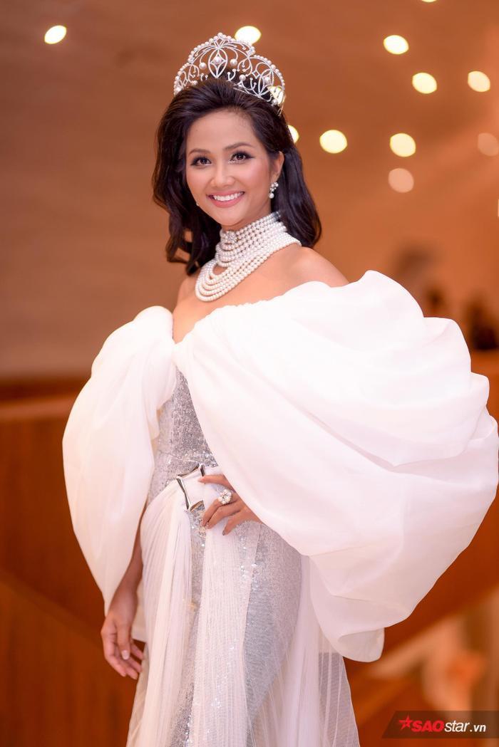 Với những thành tích của mình, Hoa hậu H'Hen Niê sẽ được giữ lại chiếc vương miện lúc đăng quang Hoa hậu Hoàn vũ Việt Nam 2017.