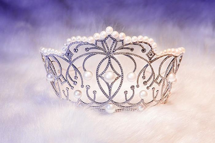 """Với tên gọi """"EMPOWER"""" (Sự trao quyền), vương miện mang ý nghĩa tượng trưng cho sự trao quyền, gửi gắm những hoài bão, khát vọng, niềm tin cho thế hệ trẻ được tỏa sáng."""