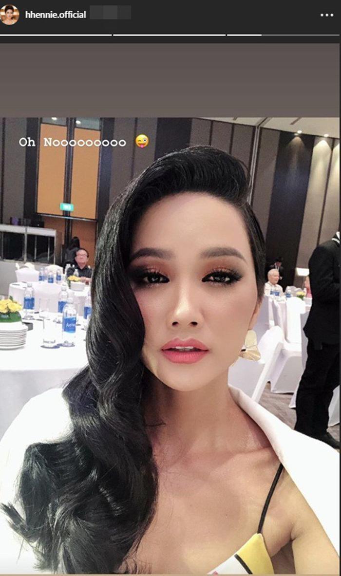 Đây không phải lần đầu tiên người đẹp gây bất ngờ khán giả khi để tóc dài, trước đó cô nàng cũng thường chọn cho mình hình ảnh khác lạ này khi tham dự những sự kiện quan trọng.
