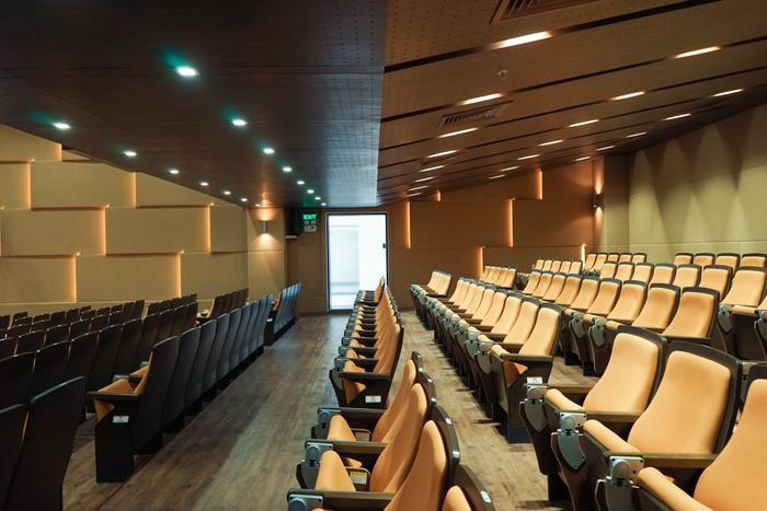 Những dãy ghế ngồi trong hội trường khiến nhiều người liên tưởng đến một rạp chiếu phim hiện đại bên trong những trung tâm thương mại