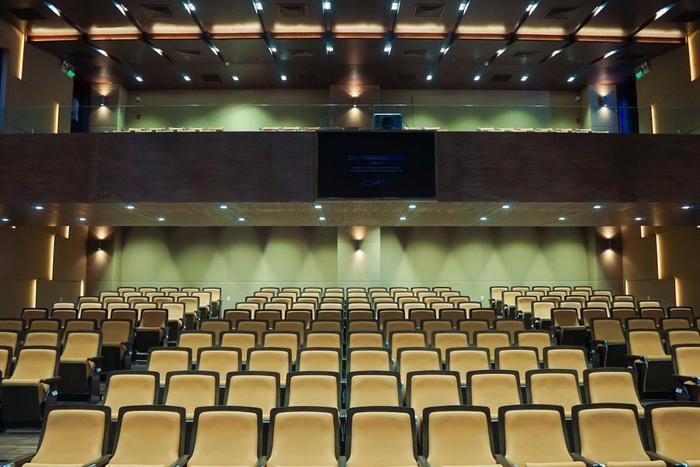 Hội trường 10F gồm có hai tầng, tầng trệt và tầng lửng
