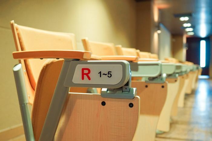 Mỗi ghế ngồi bên trong hội trường đều được đánh số chẳng khác nào những nhà hát lớn