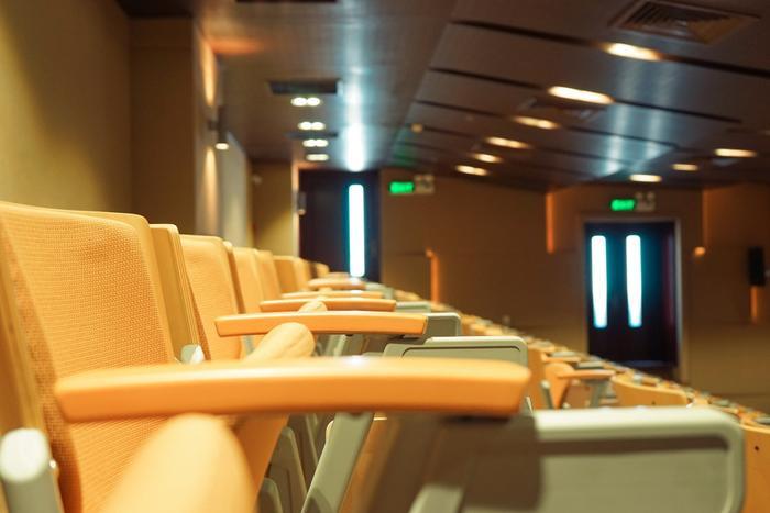 Cơ sở vật chất trong hội trường này đủ để tổ chức những chương trình với quy mô lớn