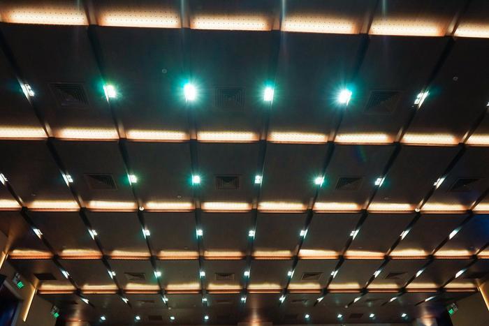 Đèn chiếu sáng bên trong hội trường