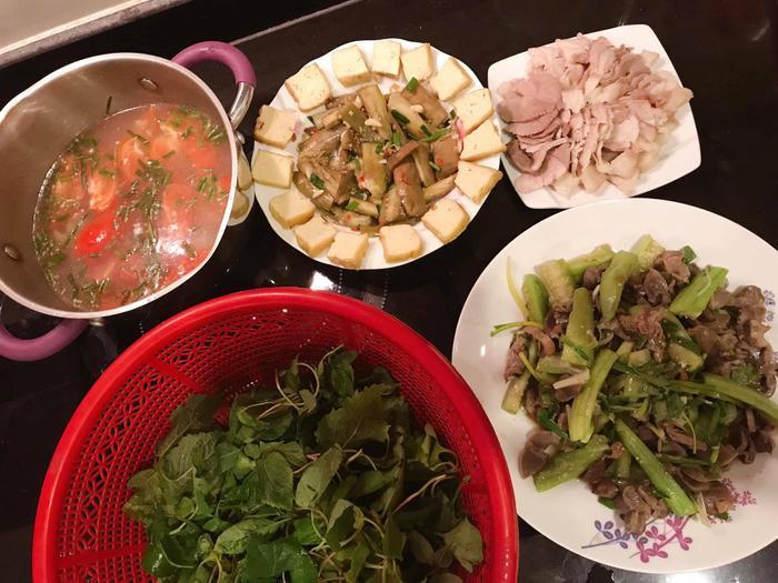 Tròn 1 tháng cưới chồng, MC Phí Linh mếu máo than trời vì nấu ăn quá khó ảnh 1