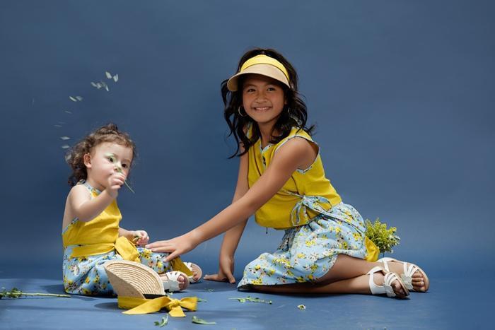 2 chị em Gia Bảo và Gia Gia vô cùng xinh xắn và đáng yêu trong trang phục màu vàng rực rỡ