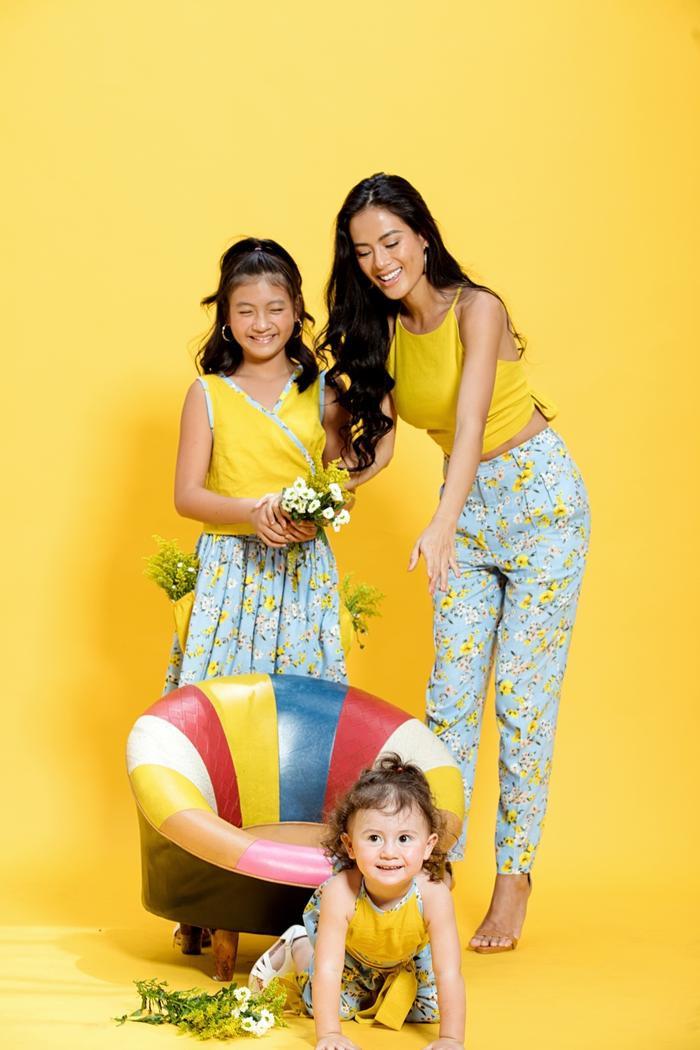 """Đảm nhiệm vị trí mẫu ảnh cho BST lần này là 3 mẹ con nhà siêu mẫu Như Vân đã có những shoot hình cực kỳ """"ăn ý"""", hạnh phúc, tươi vui cùng nhau"""