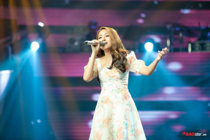 Bích Tuyết tại vòng Giấu mặt trình bày ca khúc Đã bao lần và nhận được 3 chọn từ các HLV. Cô nàng là một trong những giọng ca nữ nội lực nhất của The Voice 2019.