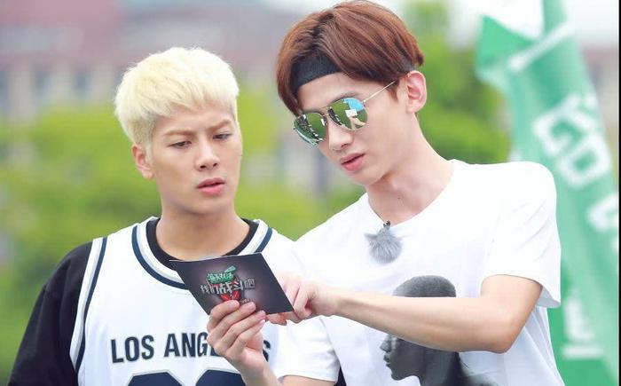 Jackson Wang đăng hình thiếu áo mất máu, Bạch Kính Đình hỏi: Đây là lý do cậu không mặc áo à ảnh 3