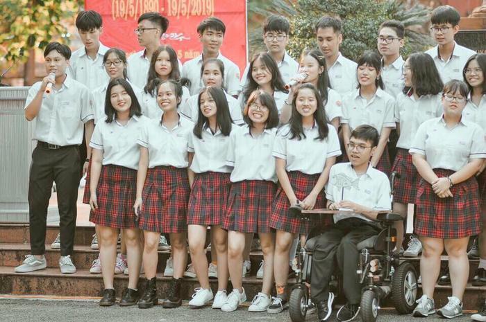 Thiên Phú cùng các bạnlớp 12 chuyên Anh của mình.