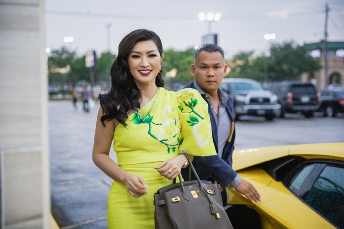 Nguyễn Hồng Nhung nổi bật với sắc vàng tươi
