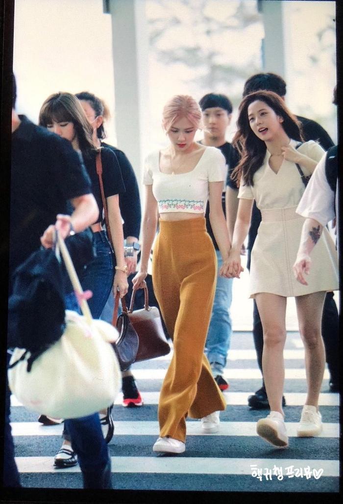 Giật mình với thời trang sân bay 'hở bạo' như mặc bra của Jennie (Blackpink) ảnh 5