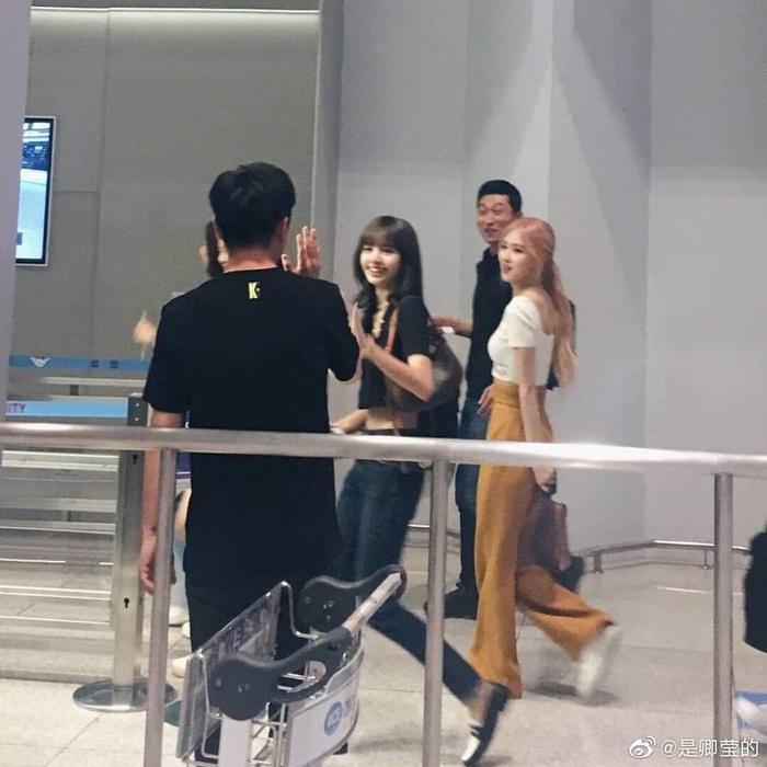 Giật mình với thời trang sân bay 'hở bạo' như mặc bra của Jennie (Blackpink) ảnh 9