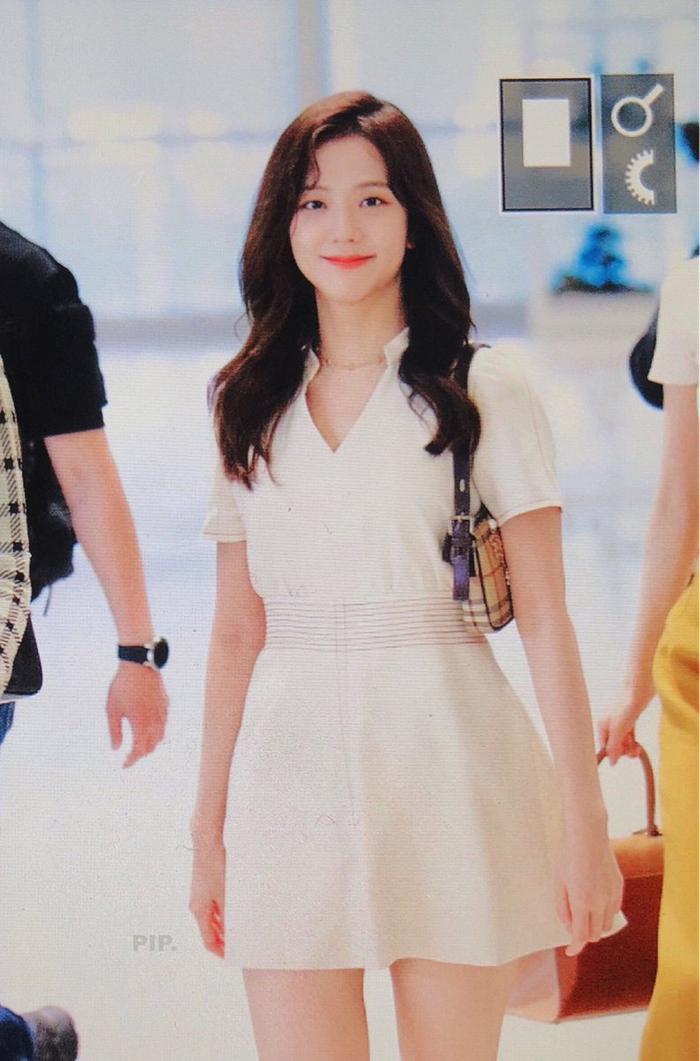 Giật mình với thời trang sân bay 'hở bạo' như mặc bra của Jennie (Blackpink) ảnh 6