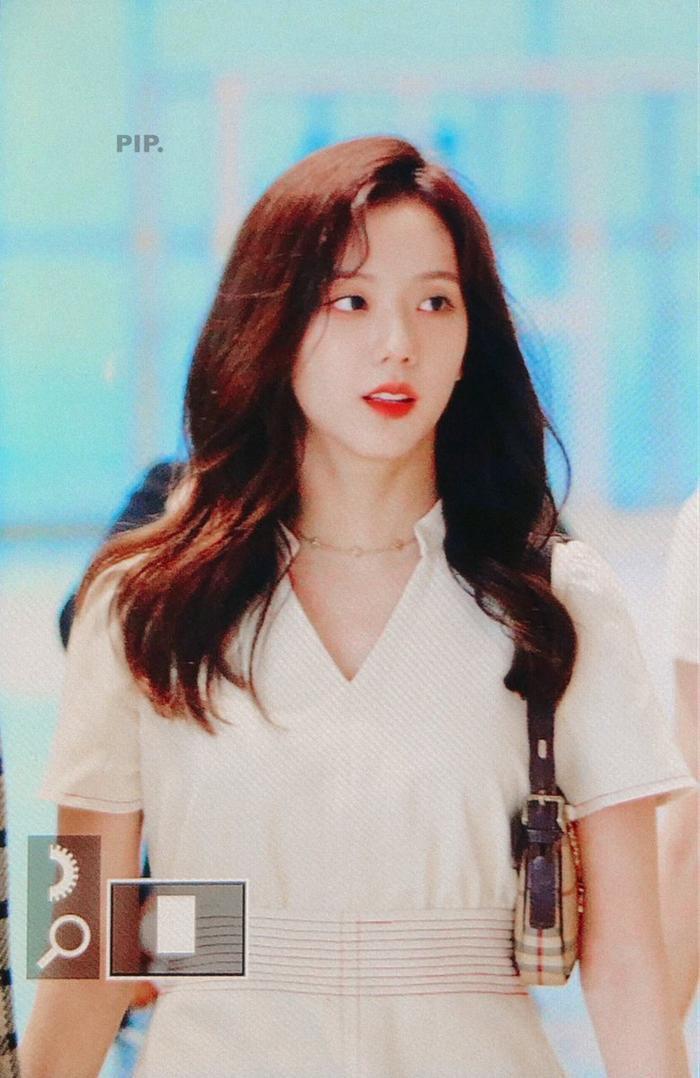 Giật mình với thời trang sân bay 'hở bạo' như mặc bra của Jennie (Blackpink) ảnh 7